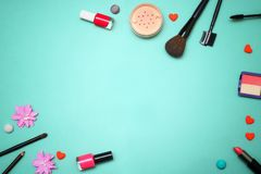 Composición plana del marco de la endecha, visión superior Sistema de cosméticos, de las herramientas del maquillaje y del acceso Fotos de archivo