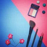 Composición plana del marco de la endecha, visión superior Sistema de cosméticos, de las herramientas del maquillaje y del acceso Fotografía de archivo libre de regalías