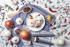 Composición puesta plana con ajo, pimientas y cebollas foto de archivo