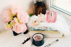 Composición puesta plana con el parfume, los libros, los meteoritos y las flores Concepto femenino foto de archivo