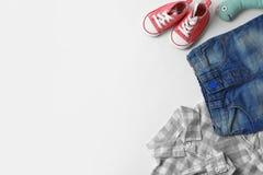 Composición puesta plana con ropa, los accesorios y el espacio del bebé para el texto fotografía de archivo libre de regalías