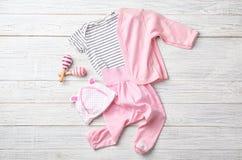 Composición puesta plana con ropa y accesorios del bebé fotografía de archivo libre de regalías