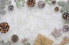 Composición puesta plana de la decoración de la Navidad Capítulo hecho de ramas del abeto, de conos, de la caja de regalo, de la  fotografía de archivo