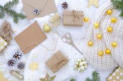 Composición puesta plana de los chrismas con la caja de regalo hecha a mano y decoración de oro fotografía de archivo libre de regalías