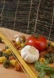Composición rústica de los espaguetis y de las pastas Imagen de archivo libre de regalías