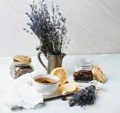 Composición rústica del té, de la lavanda, del limón y de la materia textil en fondo concreto del eco Fotos de archivo libres de regalías
