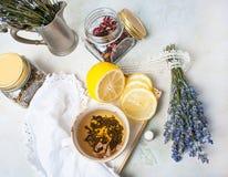 Composición rústica del té, de la lavanda, del limón y de la materia textil en fondo concreto del eco Imágenes de archivo libres de regalías