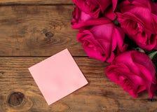Composición romántica con el fondo color de rosa del día de las flores y de tarjetas del día de San Valentín del St de la nota Co Imagen de archivo