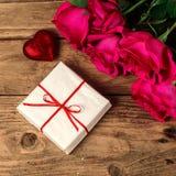 Composición romántica con el fondo color de rosa del día de las flores y de tarjetas del día de San Valentín del St del regalo Fotografía de archivo