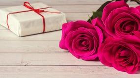 Composición romántica con el fondo color de rosa del día de las flores y de tarjetas del día de San Valentín del St del regalo Imagenes de archivo