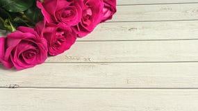 Composición romántica con el fondo color de rosa del día de tarjetas del día de San Valentín del St de las flores Copie el espaci Fotografía de archivo libre de regalías