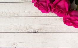 Composición romántica con el fondo color de rosa del día de tarjetas del día de San Valentín del St de las flores Copie el espaci Imagen de archivo