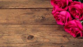Composición romántica con el fondo color de rosa del día de tarjetas del día de San Valentín del St de las flores Copie el espaci Fotografía de archivo