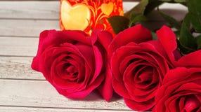 Composición romántica con el fondo color de rosa del día de tarjetas del día de San Valentín del St de las flores, de la vela y d Foto de archivo libre de regalías