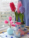 Composición romántica con las flores Imagen de archivo libre de regalías