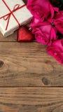Composición romántica con vertical color de rosa del fondo del día de las flores y de tarjetas del día de San Valentín del St del Fotografía de archivo