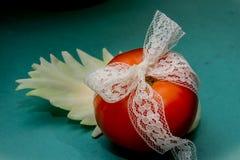 Composición vegetal, aún vida de los tomates rojos, hojas de la col verde fresca Imagen de archivo libre de regalías