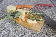 Composición vegetal con las patatas, las zanahorias y las especias imagen de archivo libre de regalías