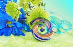 Composición verde con el colgante de cristal. Fotos de archivo libres de regalías