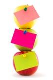 Composición vertical de tres manzanas con las etiquetas engomadas Foto de archivo libre de regalías
