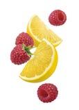Composición vertical que cae de la frambuesa del limón Imágenes de archivo libres de regalías