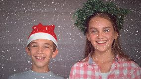 Composición video con nieve que cae más de dos niños sonrientes almacen de video