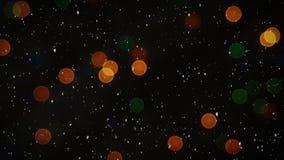 Composición video con nieve sobre luces coloridas borrosas
