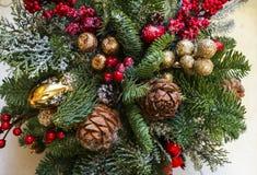 Composici?n de la Navidad de las ramas del pino, de las decoraciones de oro de la Navidad, de las bayas rojas y de la nieve artif fotografía de archivo