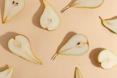Composici?n de peras cortadas en un fondo beige Visi?n superior foto de archivo libre de regalías