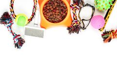 Composici?n puesta plana con los accesorios para el perro y el gato, juguetes, comida seca, galletas, galletas, alimento para ani fotografía de archivo