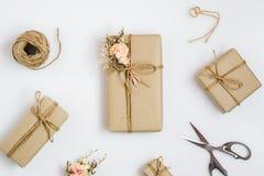 Composici?n puesta plano del envoltorio para regalos de la visi?n superior actuales cajas, decoración y herramientas envueltas he imagenes de archivo