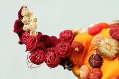 Composición anaranjada con las bolas de la paja y de la tela para la decoración Foto de archivo