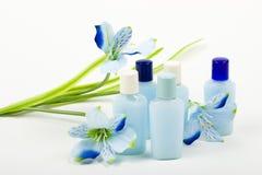 Composición azul: Cosméticos con la flor Imagen de archivo libre de regalías
