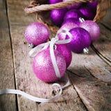 Composición con la bola brillante de la Navidad Imágenes de archivo libres de regalías