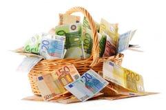Composición con los billetes de banco euro en cesta de mimbre Imagen de archivo