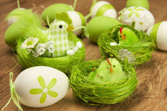 Composición de Pascua con el pollo y los huevos Imagenes de archivo