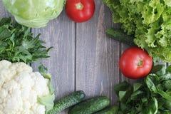 Composición de verduras en el escritorio de madera gris Fotografía de archivo libre de regalías