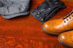 Composiciones del calzado compuestas de abarcas bronceadas de moda para hombre Foto de archivo libre de regalías