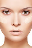Composição & cosméticos. Limpe a pele, creme de fundação Fotos de Stock Royalty Free