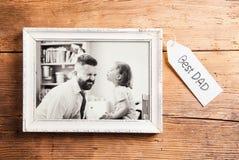 Composição do dia de pais Moldura para retrato Fundo de madeira Fotos de Stock