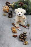Composição do Natal: urso de peluche em esquis no deco de ano novo Fotos de Stock