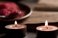 Composição dos termas com velas do aroma e livro aberto do vintage vazio no fundo de madeira Tratamento, aromaterapia Imagem de Stock Royalty Free