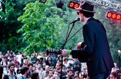 Compositeur de chansons exécutant à un festival de musique Images stock
