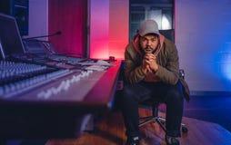 Compositeur de musique dans le studio d'enregistrement sonore photo libre de droits