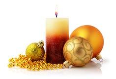 Composithion de vacances de Noël avec la bougie et les boules d'or de Noël Photos stock