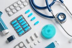Composition étendue plate avec des médicaments de stéthoscope et d'asthme photographie stock
