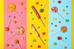 Composition étendue plate avec différentes sucreries savoureuses images libres de droits