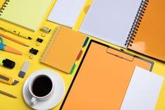 Composition étendue plate avec la papeterie sur le fond jaune Moquerie pour la conception photographie stock libre de droits