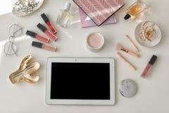 Composition étendue plate avec le comprimé et les accessoires cosmétiques sur le fond clair, l'espace pour la conception photographie stock