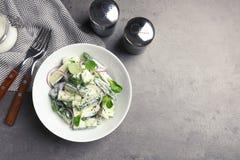 Composition étendue plate avec le plat de la salade et de l'espace crémeux de concombre pour le texte images stock